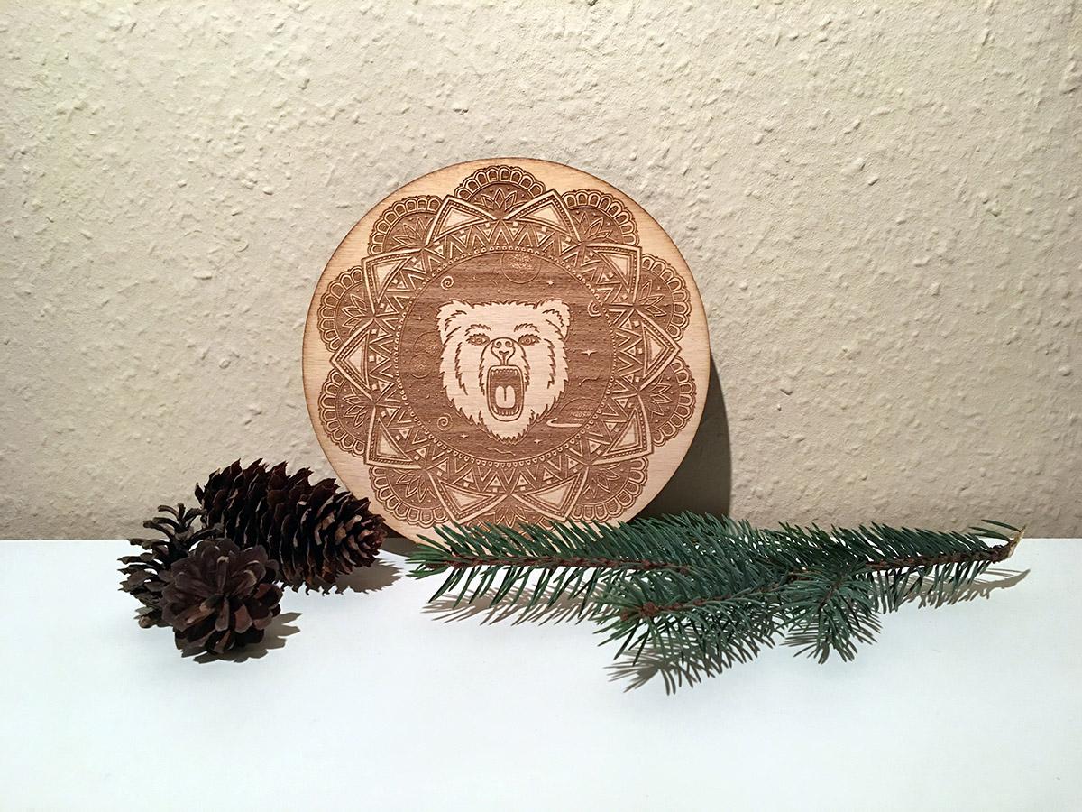 Mandala-mit-Bär-und-Sternen-aus-Holz